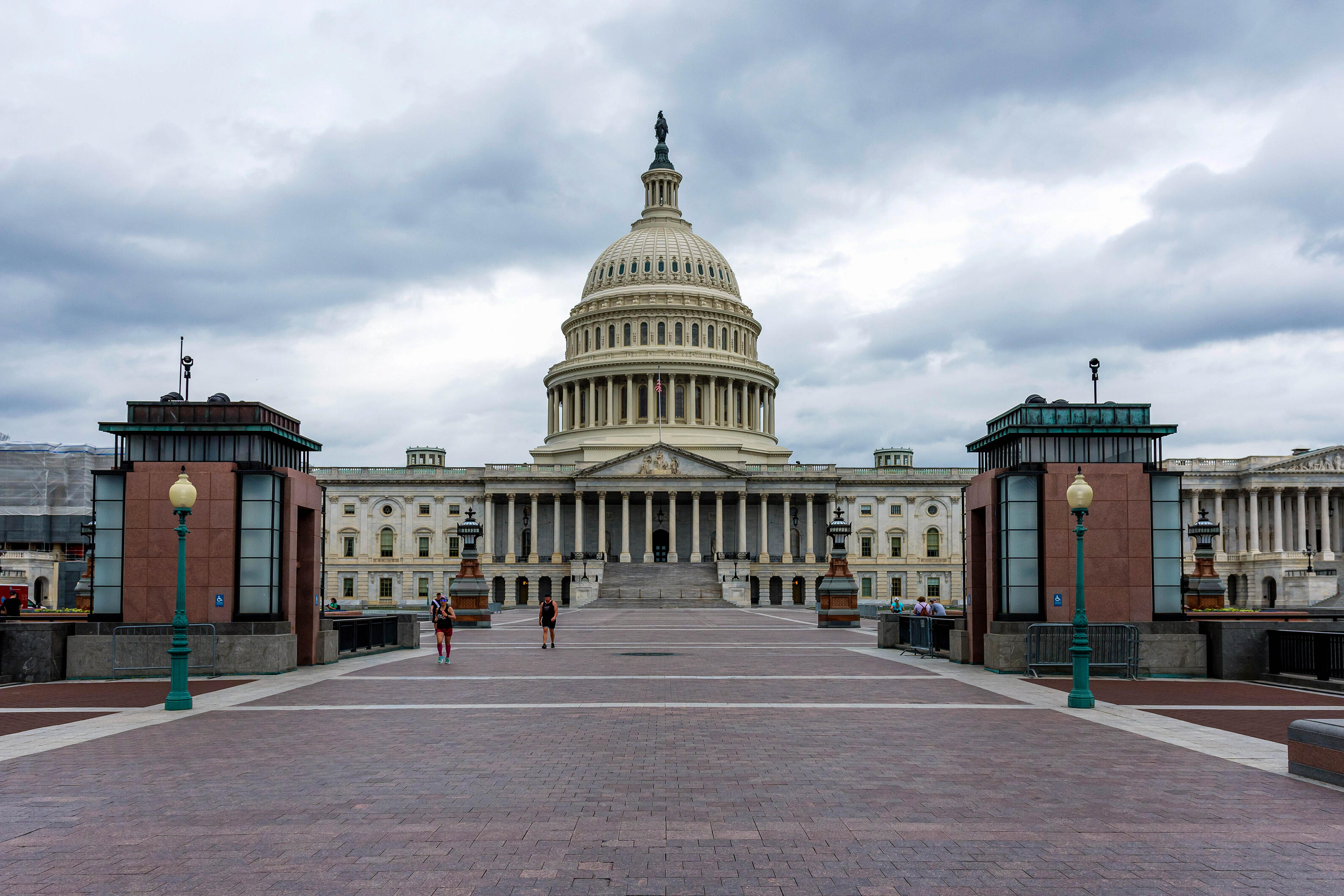 facade-of-the-us-capitol-building-in-washington-dc-on-a-rainy-day-view-from-stone-plaza-america_t20_Wxy2yK