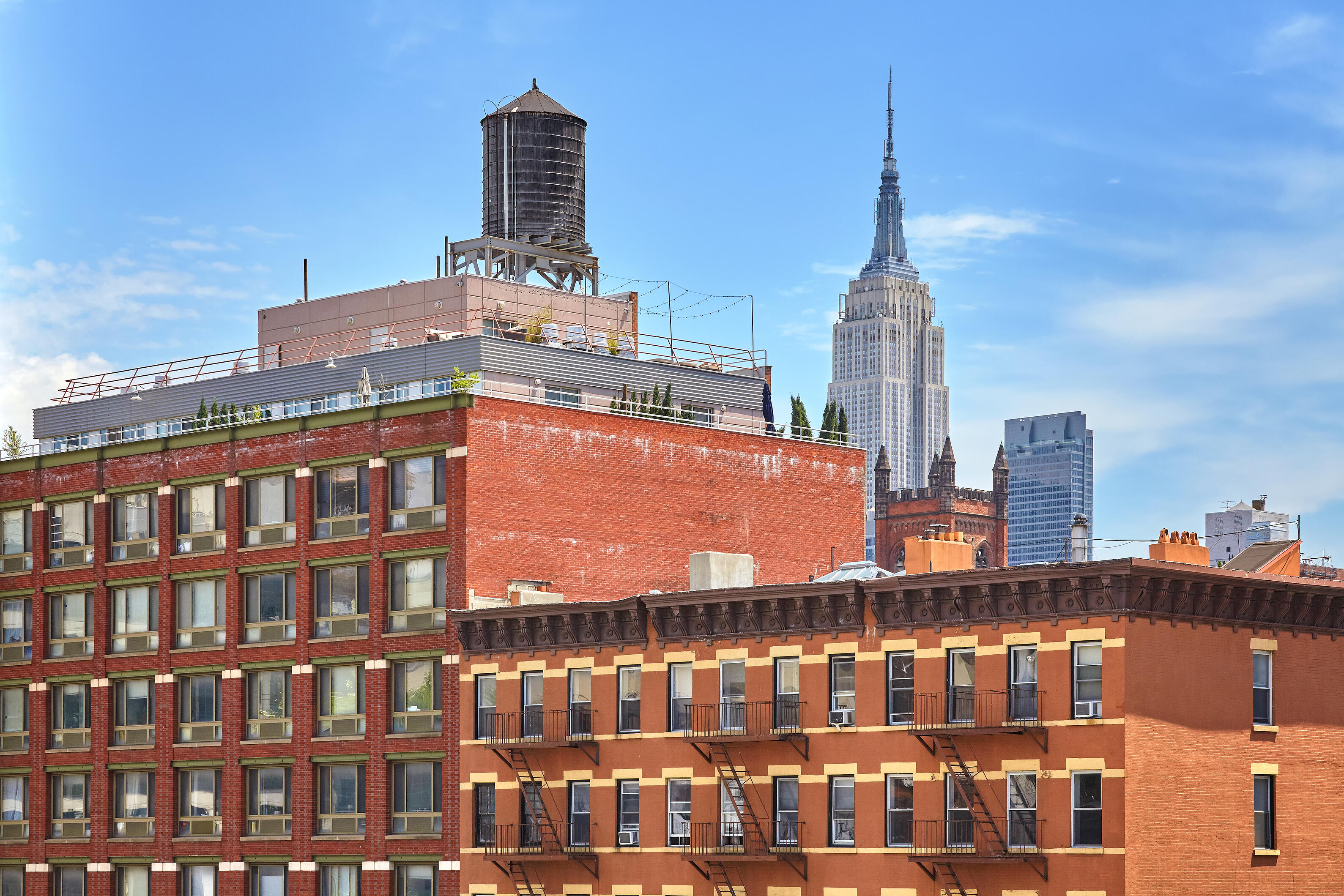 rooftop-water-tank-on-a-new-york-apartment-buildin-PKMUBCV